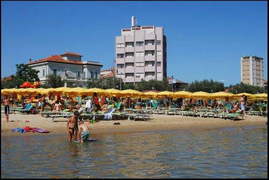 Hotel Bristol: Direttamente sul mare e a pochi passi dal centro