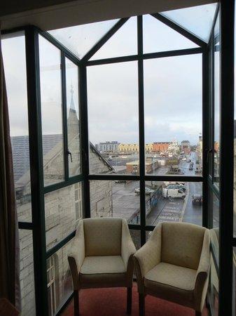 Victoria Hotel: Из этого окна мы любовались городом.