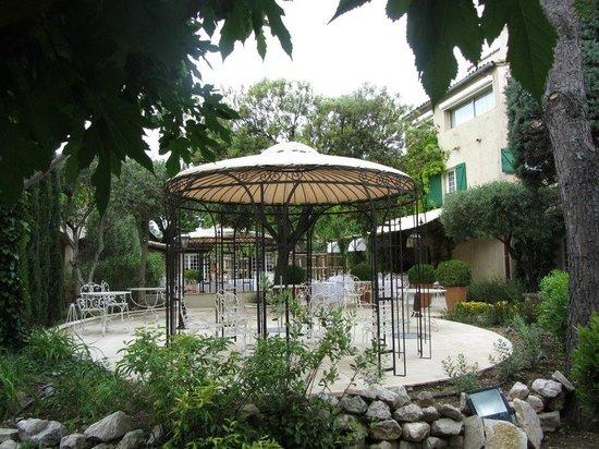 Auberge de Cassagne & Spa : kiosque pour repas en extérieur