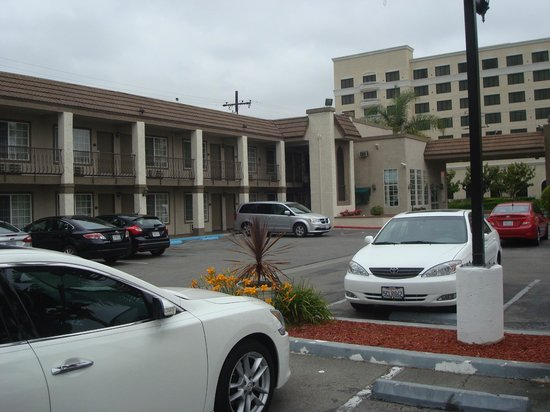 Anaheim Express Inn: front desk and rooms