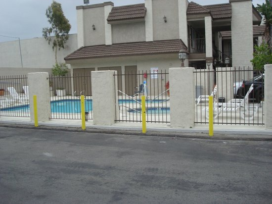 Anaheim Express Inn: pool and hot tub!