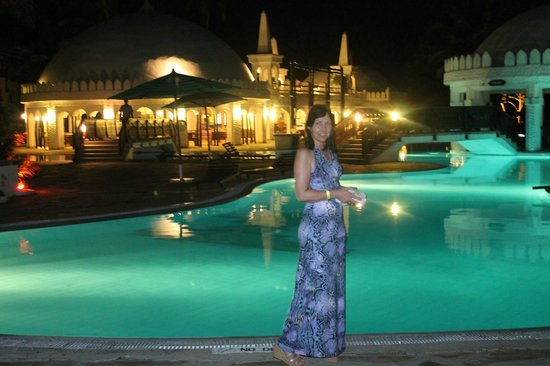 Southern Palms Beach Resort: Hotel Pool in the evening