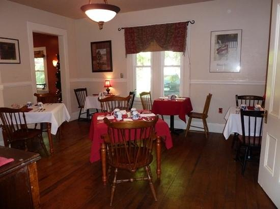 Red Elephant Inn Bed & Breakfast: nice dining facility