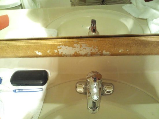 Hotel M, Mount Pocono: Mirror with finish missing