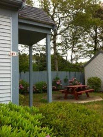 Brentwood Motor Inn: town house 111 yard