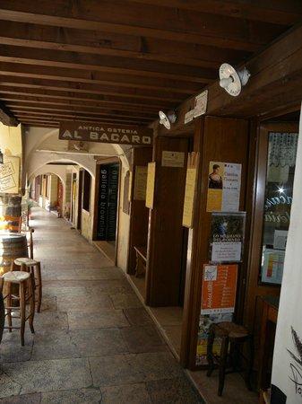 Osteria Al Bacaro : I portici di Via Browning