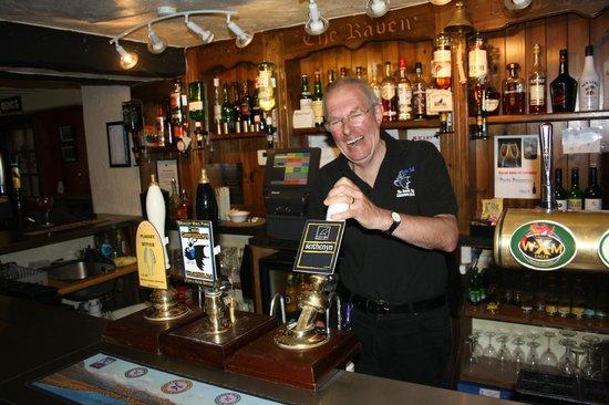 The Raven Inn : Tony pulling a pint