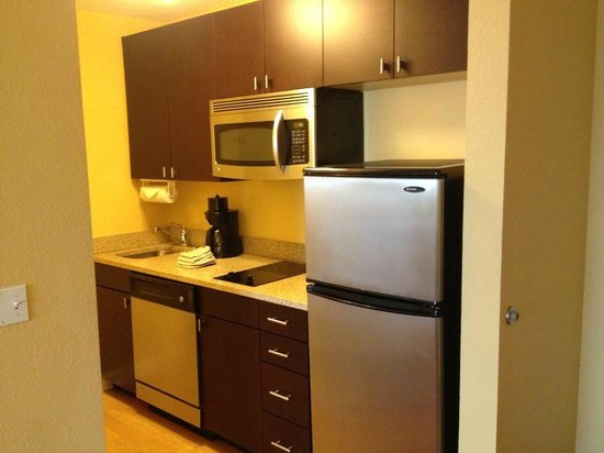 TownePlace Suites Albany Downtown/Medical Center: Nice kitchen