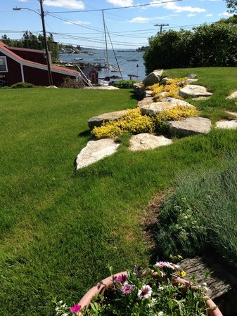 Greenleaf Inn at Boothbay Harbor: ACROSS THE MANICURED LAWN