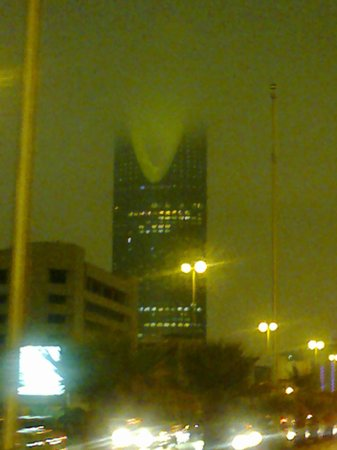 Kingdom Centre: Low Clouds covering the top of Kingdom Tower