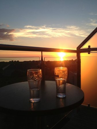 Strandhill Lodge and Suites Hotel: Sligo sunset and drinks