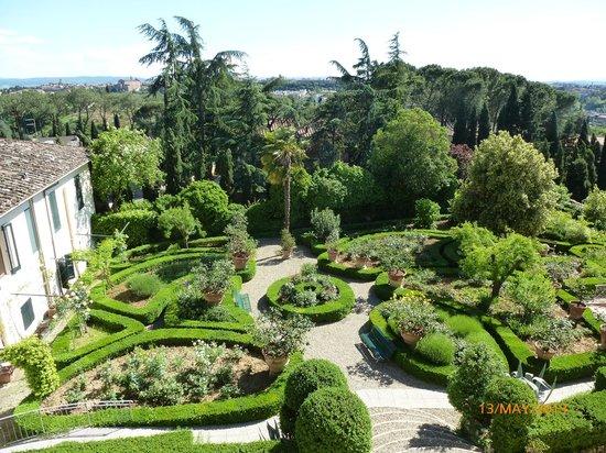 Villa Scacciapensieri: Gardens of hotel