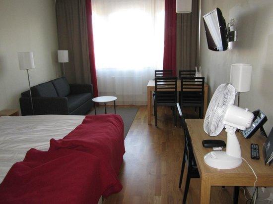 BEST WESTERN PLUS Hotel Mektagonen: Stort rum med soffa och matbord