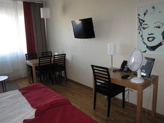 BEST WESTERN PLUS Hotel Mektagonen: Plats för matbord och skrivbord samt TV