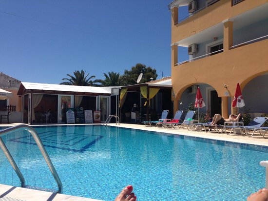 Christakis Hotel: Pool area & bar