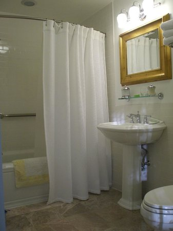 The Millbrook Inn: The shiny and squeaky-clean Bathroom