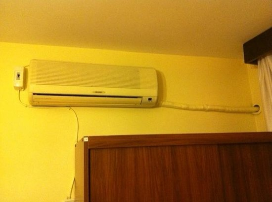 Berk Guest House: Heating and Air conditioning unit in room 14