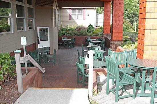 Oregon Garden Resort: Outdoor dining