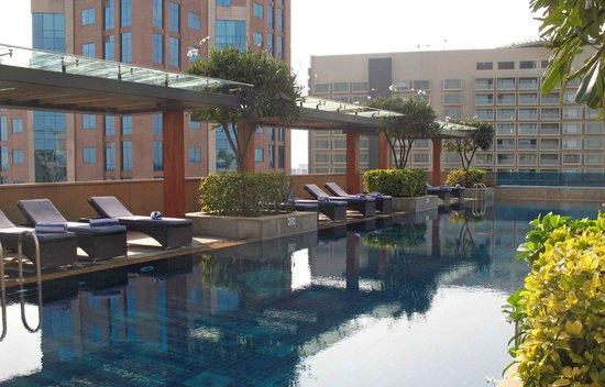 Oakwood Premier Prestige Bangalore: Rooftop pool at Oakwood