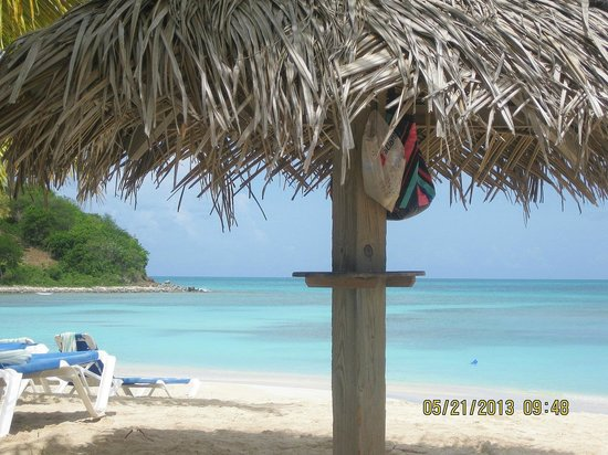 Cocobay Resort : Tiki umbrellas/chaise lounges/beautiful beach/water- ahh!