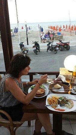 Maria's Golden Beach: lekker gegeten met een mooi uitzicht