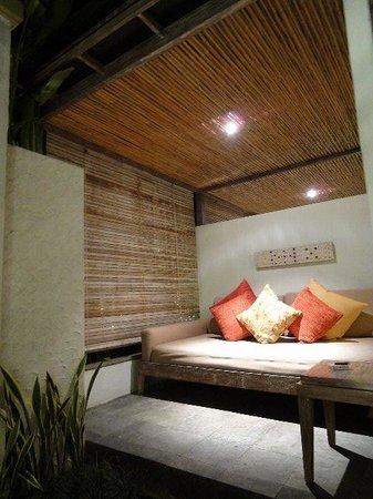 Ivory Resort Seminyak: 玄関脇のアウトドアソファスペース