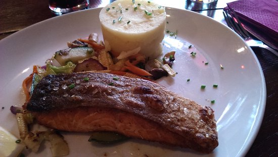 Stonechat Cafe and Restaurant : Salmon and vegetables