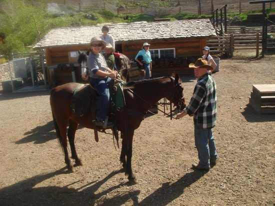 Hell's A-Roarin' Outfitters : Saddling up before a day-ride