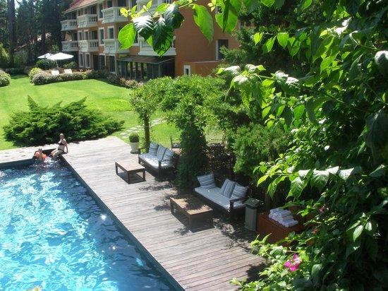 Barradas Parque Hotel & Spa: junto a la piscina prinicipal , hay un hermoso deck para almorzar , cenar o tomar un cafecito