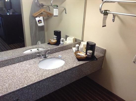 Best Western Heritage Inn: New sink, single setve coffee, clothes rack