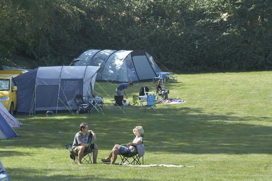 Leadstone Camping: Campers enjoying the sunshine in the dapple