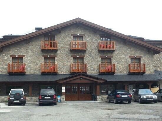 Hotel Os de Civis: magasin à côté de l hôtel