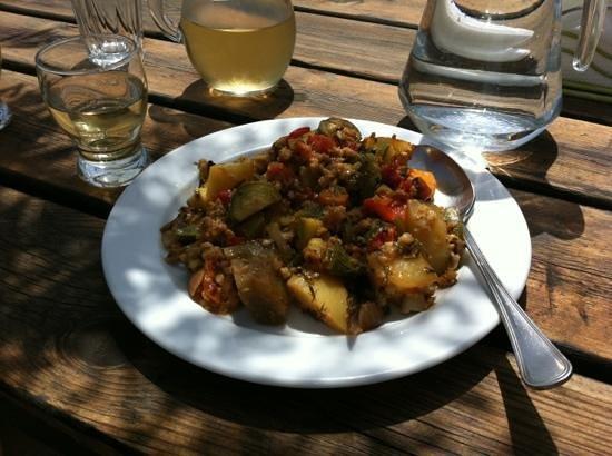 Taverna Mariou : heerlijke vegetarische groentenschotel met oa paprika, courgette en schapenkaas  heerlijk!!!