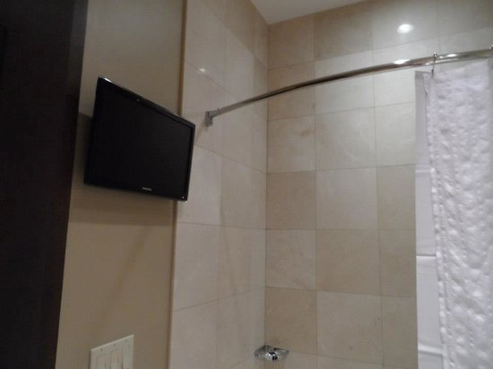 The Pearl Hotel: tv in bathroom!!