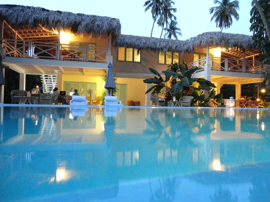 Hotel Piratas del Caribe: Exterieur soir