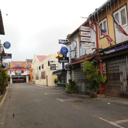 Oriental Riverside Residence Guest House: street near the hostels, towards Jonker street