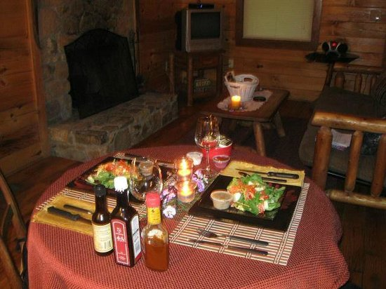 Lydia Mountain Cabins: Candlelit dinner waiting for us
