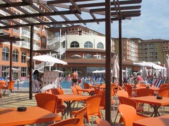 Sol Luna Bay : бар у бассейна на пляже