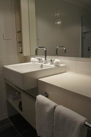 Rydges Sydney Central: bath room