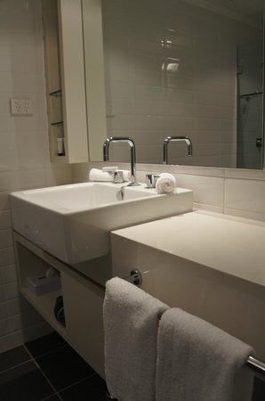 Rydges Sydney Central: bath room