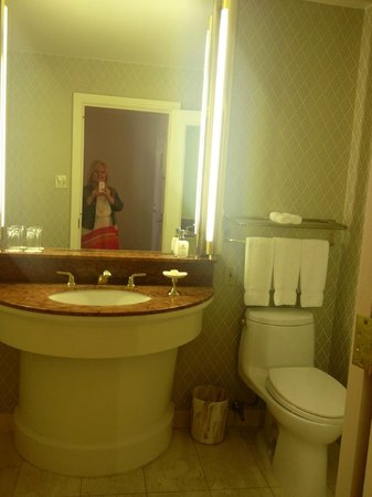 Rosewood Mansion on Turtle Creek: Room 908 half bath in executive suite