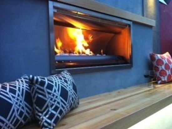The Crown Hotel Napier: Outdoor Fireplace