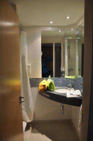 Holiday Inn Express Folkestone Channel Tunnel: bathroom