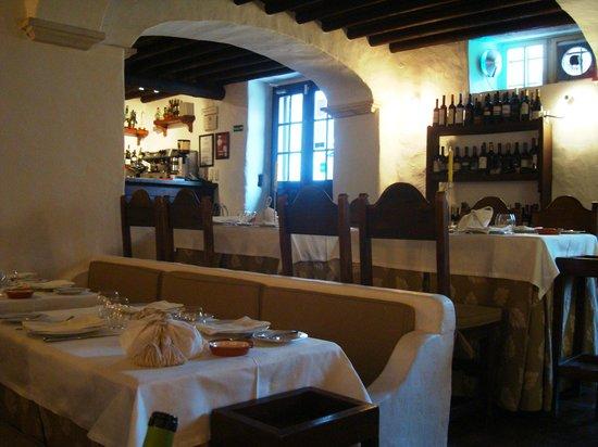 Estremoz, البرتغال: Restaurante São Rosas, Largo D. Dinis, 11 7100-509 Estremoz
