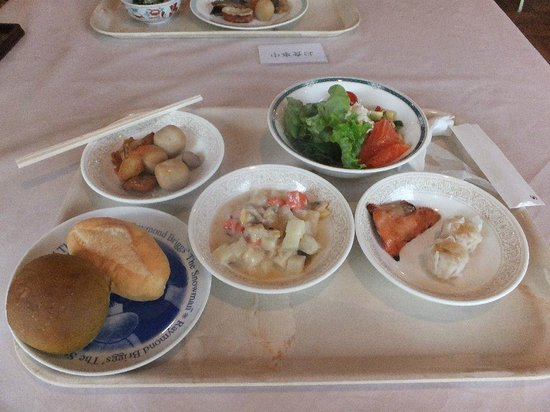 Sennomori: 朝食の例、和食の方が充実しています。パンはいまいち