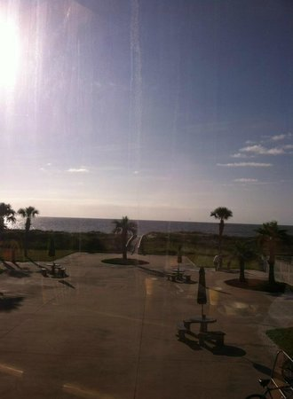 Days Inn & Suites Oceanside Hotel: view of grounds from 2nd floor breakfast area