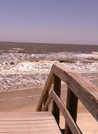 Days Inn & Suites Oceanside Hotel: end of boardwalk at high tide