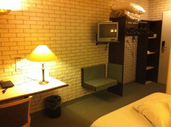 Postillion Hotel Haren Groningen: grijze baksteen en beeldbuis-tv