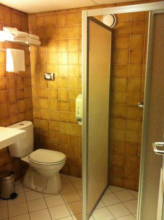 Postillion Hotel Haren Groningen: bruingroene badkamertegels