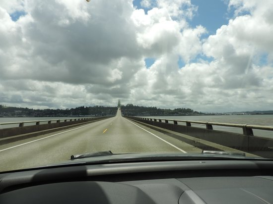 Astoria-Megler Bridge: The center is long and flat driving